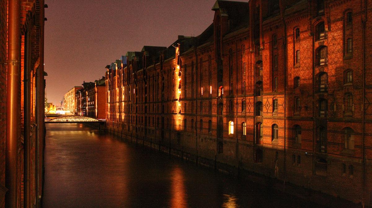 Hamburg Auskenner Speicherstadt Abend beleuchtet