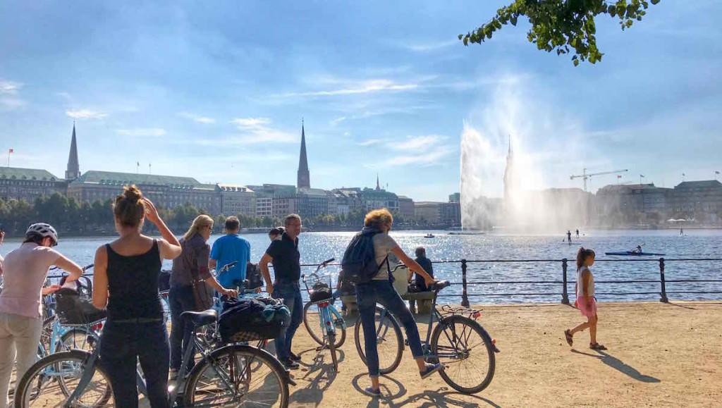 Gruppe auf Alster Fahrradtour in Hamburg