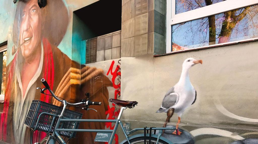 Fahrrad vor Graffity von Hans Albers mit Möwe im Stadtteil Sankt Pauli