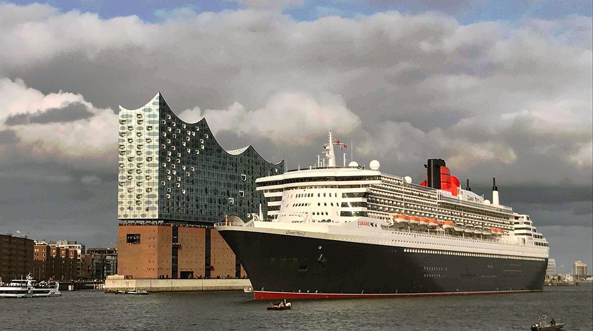 Queen Mary 2 fährt an der Elbphilharmonie vorbei