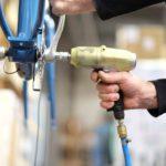 Blaues fahrrad tretlager wird montiert