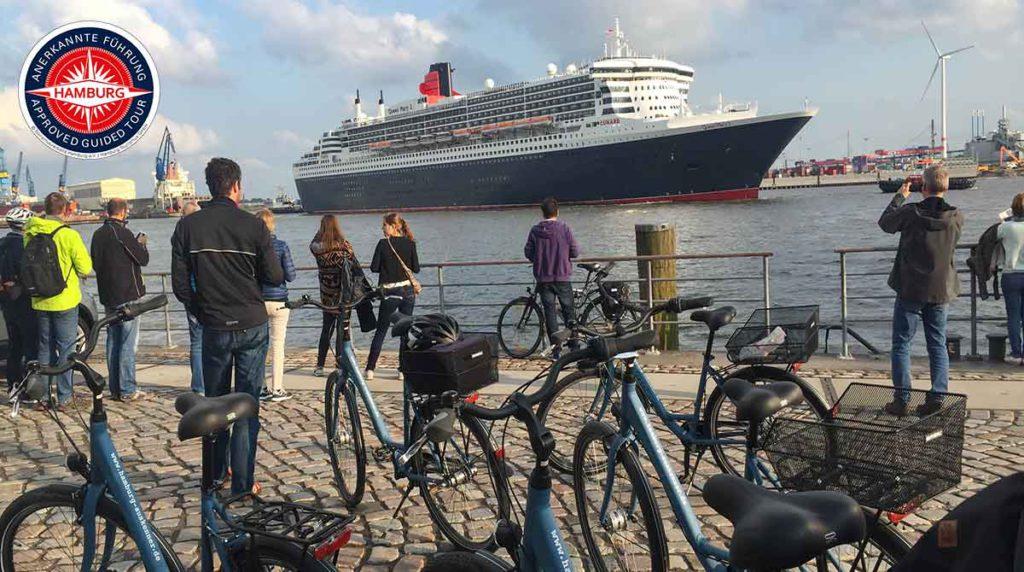 fahrräder vor dem schiff queen mary 2, hafen fahrradtour hamburg